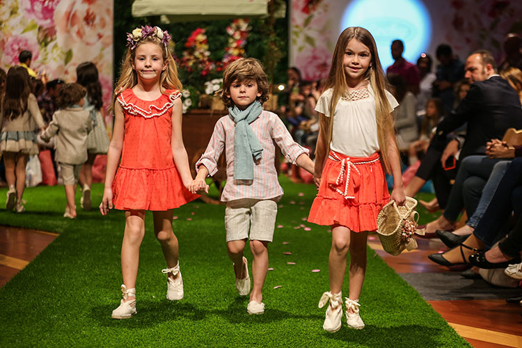 Vestidos más trabajados sin perder ese aire sencillo y natural que le da la  paleta utilizada  aguamarina y coral. Para los niños 759f5fcdba3
