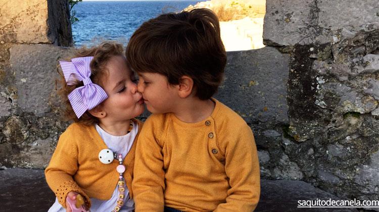 besos en la boca a los niños