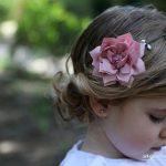 Cinco peinados elegantes para niñas de pelo rizado