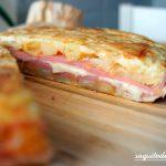 Tortilla rellena de patatas, calabacín, jamón y queso